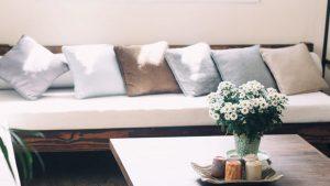 post billede 5 Billige gør det selv projekter som får familiens hus til at se moderigtigt ud Lav nye puder for sofaer og senge 300x169 - post-billede---5-Billige-gør-det-selv-projekter-som-får-familiens-hus-til-at-se-moderigtigt-ud---Lav-nye-puder-for-sofaer-og-senge