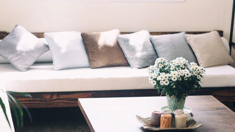 post billede 5 Billige gør det selv projekter som får familiens hus til at se moderigtigt ud Lav nye puder for sofaer og senge - 5 Billige gør-det-selv-projekter som får familiens hus til at se moderigtigt ud